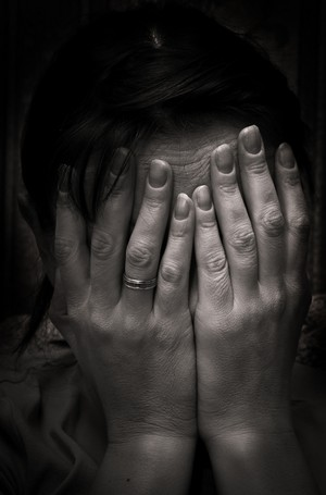 woman_crying_hands